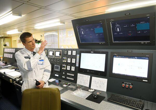 Inženýr během práce na tankeru Prospekt Mendělejeva - Sputnik Česká republika