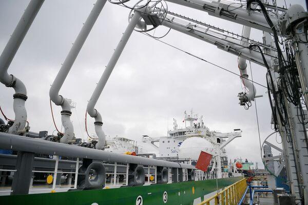 Tanker Prospekt Mendělejeva během prezentace ve Finském zálivu - Sputnik Česká republika