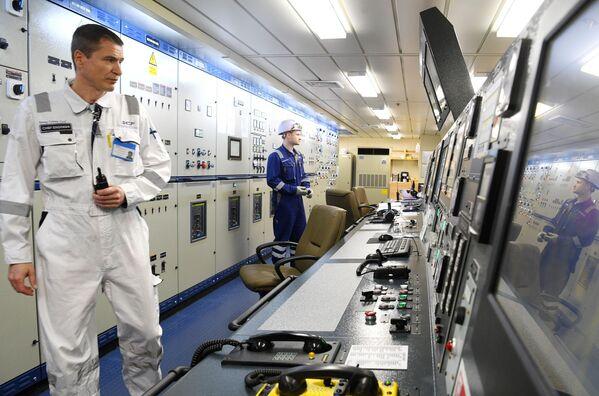 Zaměstnanci při práci na tankeru - Sputnik Česká republika