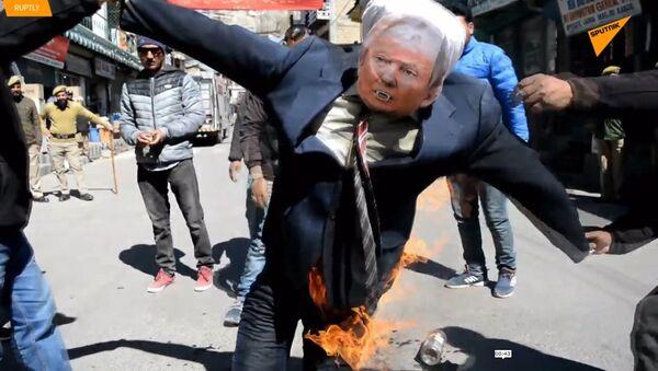 Epické video: Indičtí protestující spálili Trumpovu podobiznu  - Sputnik Česká republika