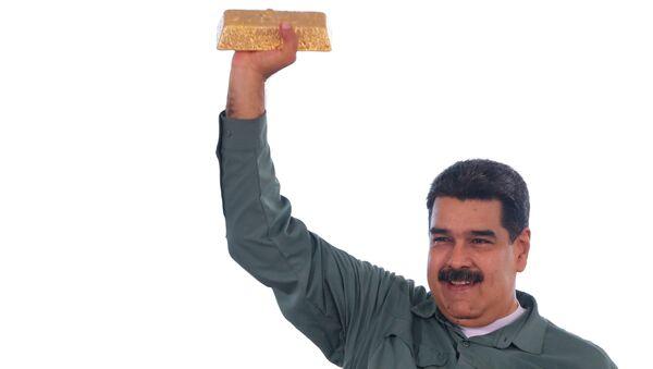 Venezuelský prezident Nicolás Maduro drží zlatou cihlu - Sputnik Česká republika
