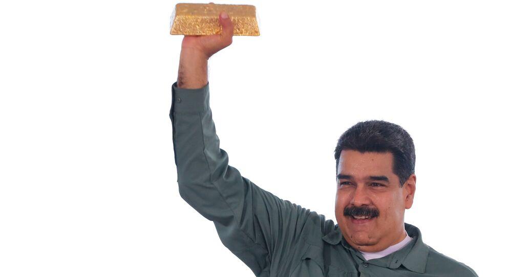 Venezuelský prezident Nicolás Maduro drží zlatou cihlu
