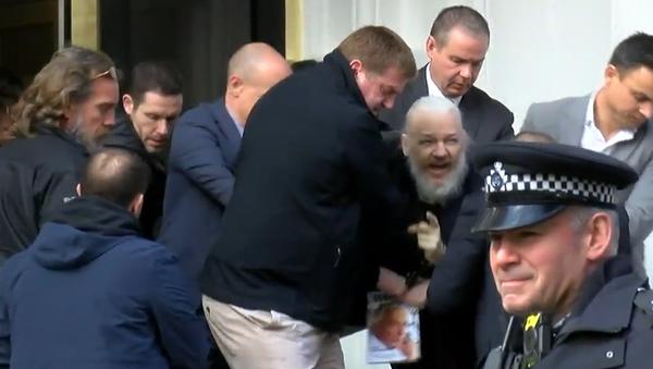 Britská policie: Zakladatel WikiLeaks Julian Assange byl zatčen  - Sputnik Česká republika
