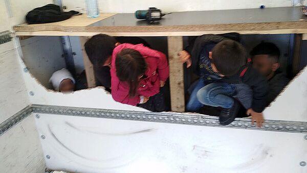 Migranti chycení ve vozidle - Sputnik Česká republika
