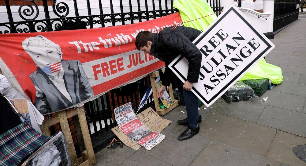 Protestní akce vedle velvyslanectví Ekvádoru v Londýně