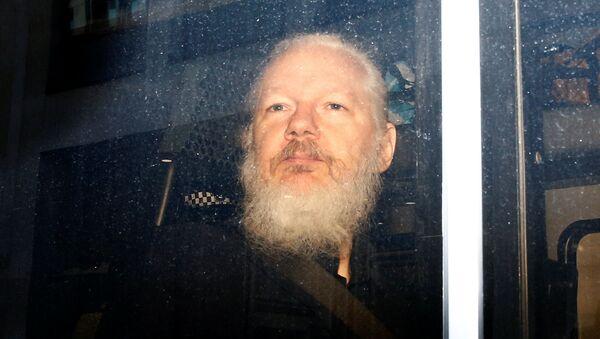 Julian Assange zadržený britskou policií - Sputnik Česká republika