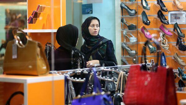 Žena si kupuje obuv v íránském obchodním centru - Sputnik Česká republika