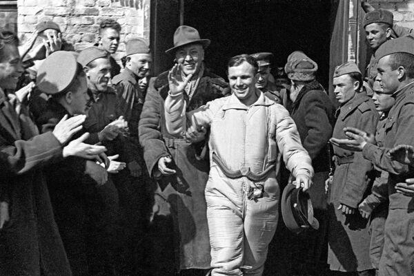 Sovětský kosmonaut Jurij Gagarin po přistání - Sputnik Česká republika