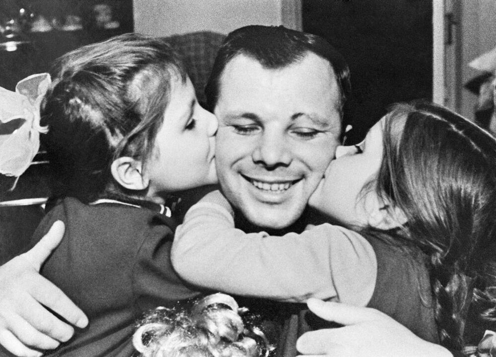 Jurij Gagarin se svými dcerami Lenou a Galyou