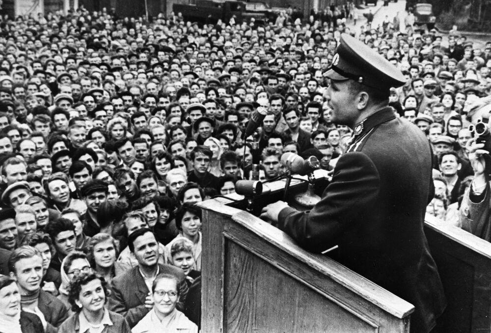 Jurij Gagarin před dělníky z Leningradu (dnešní Petrohrad)