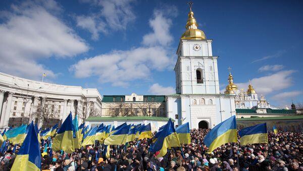 Lidé poslouchají předvolební projev Porošenka v Kyjevě - Sputnik Česká republika