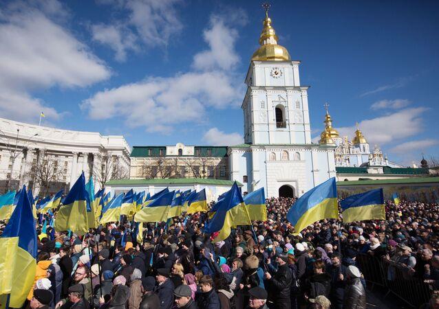 Lidé poslouchají předvolební projev Porošenka v Kyjevě