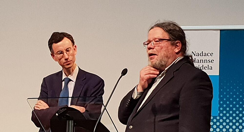 Britský historik Brendan Simms. Vpravo ředitel CEVRO Alexandr Vondra