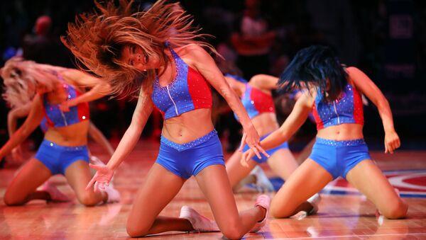 Dívky z podpůrné skupiny basketbalového klubu Detroit Pistons během zápasu proti Memphis Grizzlies v Detroitu - Sputnik Česká republika