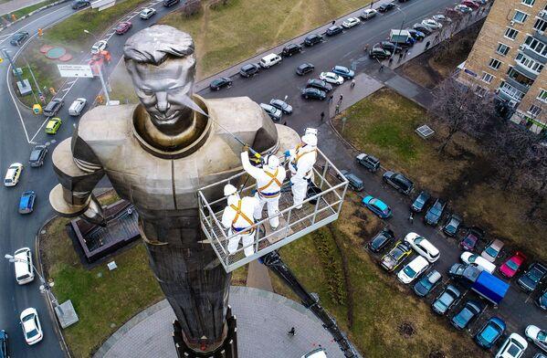 Pracovníci komunálních služeb umývají pomník kosmonauta Jurije Gagarina na Leninském prospektu v Moskvě - Sputnik Česká republika