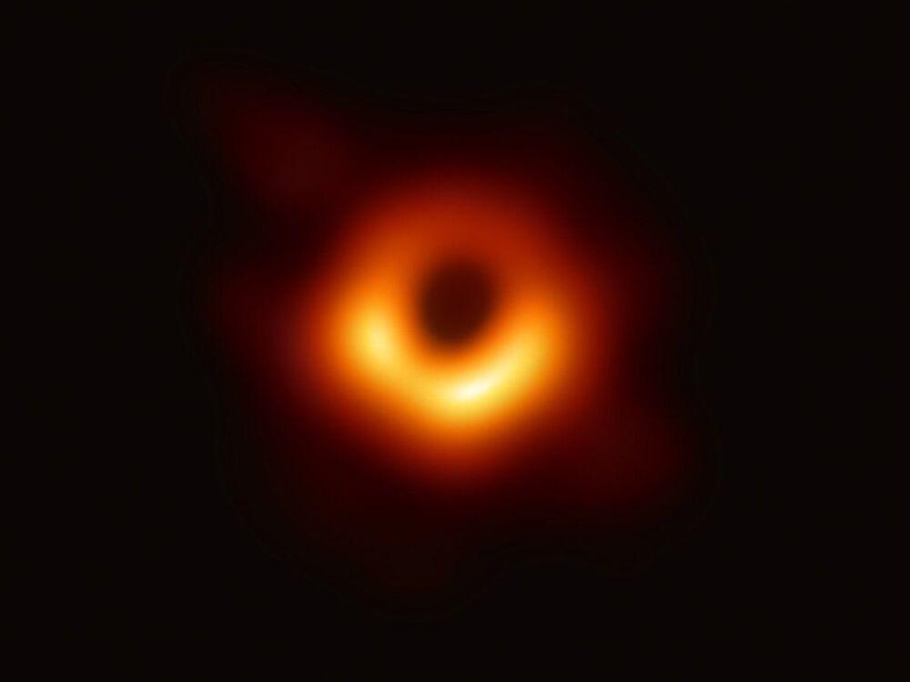 Obraz černé díry ve středu galaxie M87 získaný dalekohledem Event Horizon Telescope