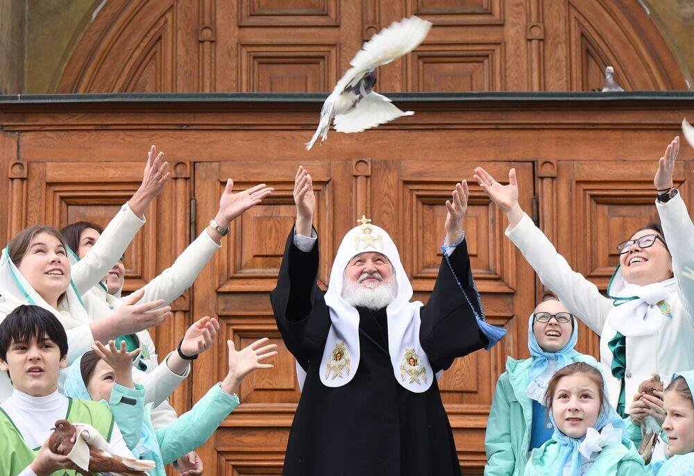 Patriarcha Moskvy a celé Rusi Kirill a děti pouštějí holuby