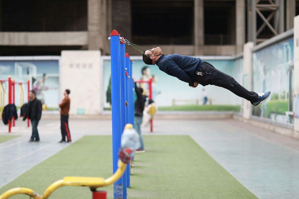 Cvičení na krk ve sportovním komplexu Číny