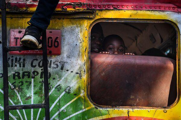 Chlapci v autobuse v Port-au-Prince, Haiti - Sputnik Česká republika