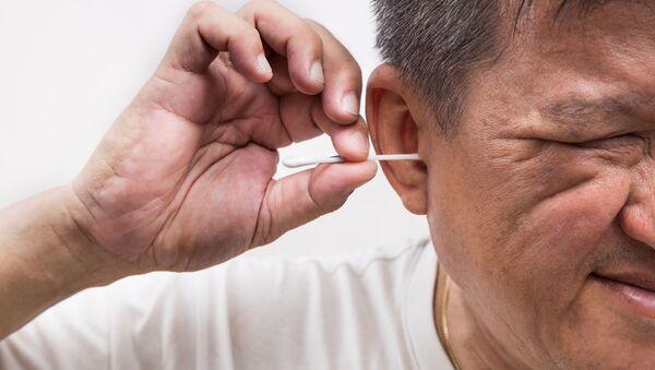 Muž čistí uši - Sputnik Česká republika
