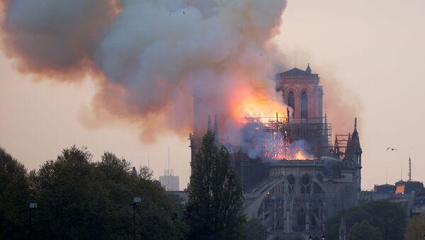 Hořící pařížská katedrála Notre-Dame - Sputnik Česká republika