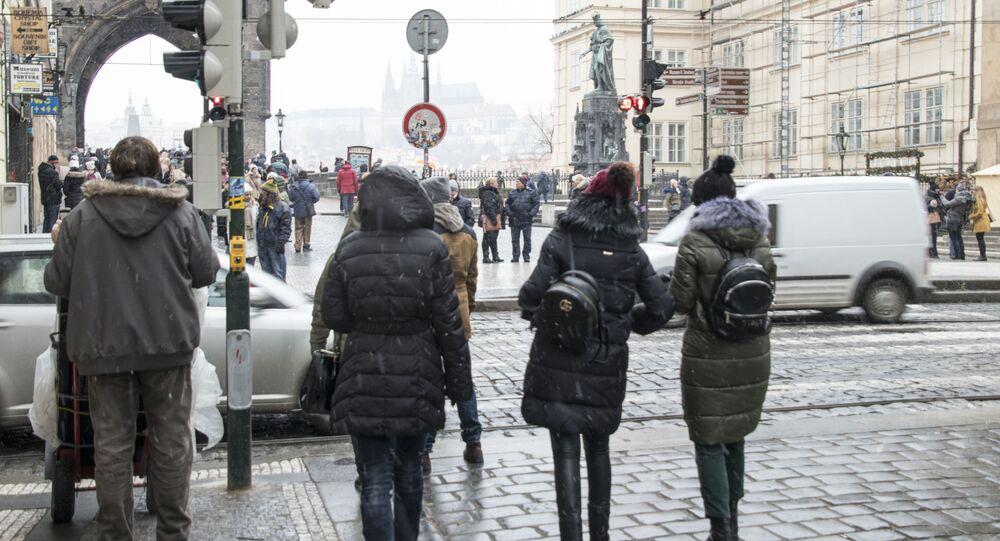 Kolemjdoucí v ulicích Starého Města v Praze
