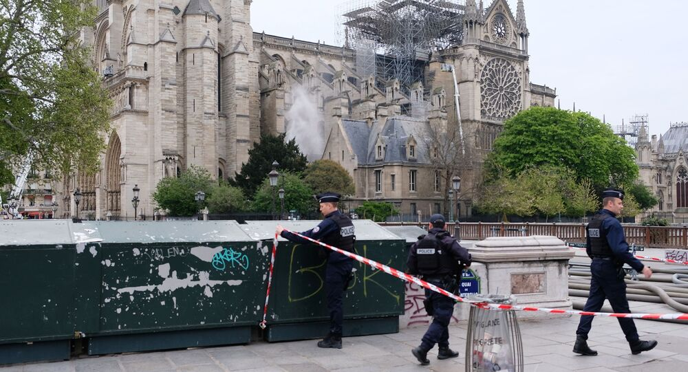 Policisté u pařížské katedrály Notre-Dame