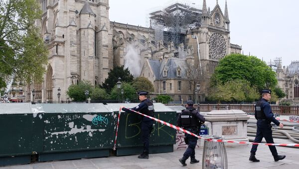 Policisté u pařížské katedrály Notre-Dame - Sputnik Česká republika
