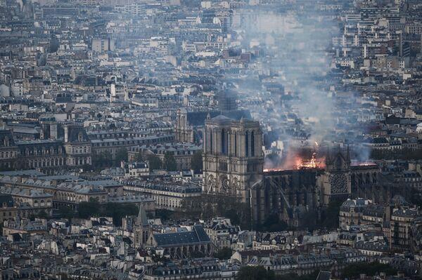 Katedrála Notre-Dame v plamenech: snímky z tragického dne - Sputnik Česká republika
