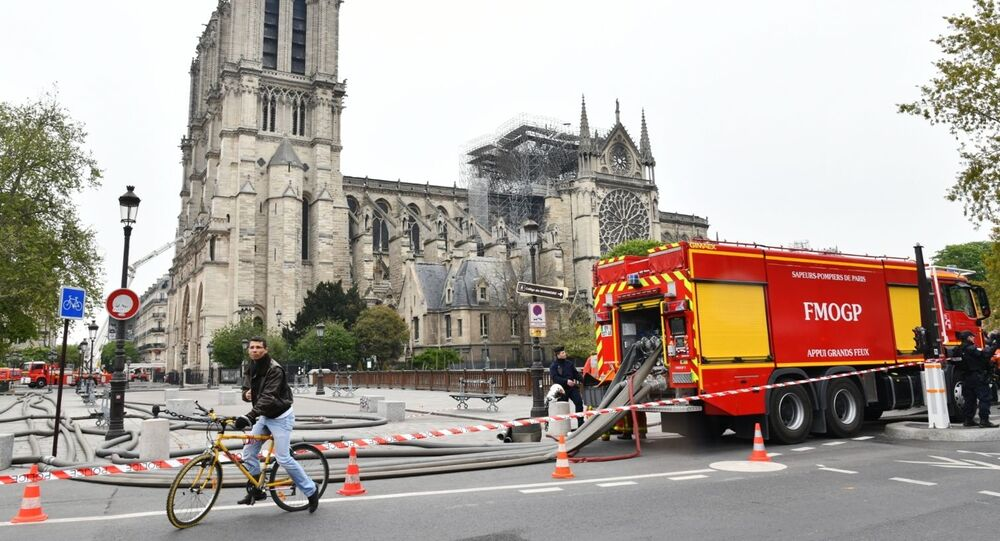 Hasiči u katedrály Notre-Dame v úterý ráno