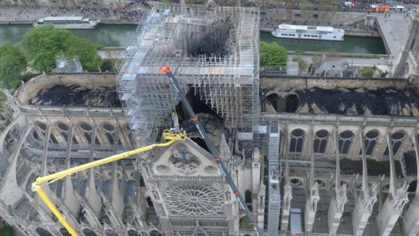 Katedrála Notre-Dame po požáru. První záběry z dronu (VIDEO)   - Sputnik Česká republika