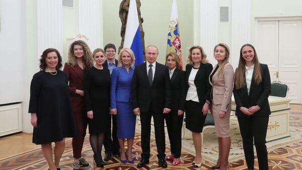 Prezident RF Vladimir Putin a absolventi programu pro rozvoj personálního managementu - Sputnik Česká republika