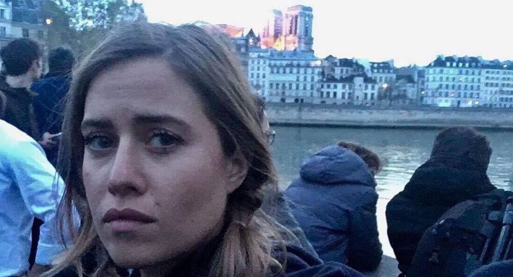 Selfie moderátorky DVTV Emmy Smetany s pozadím hořící katedrály Notre-Dame, která spustila na sociálních sítích záplavu koláží