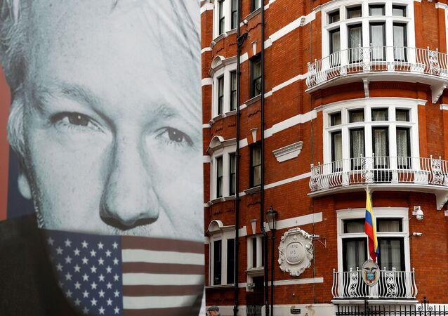 Plakát věnovaný spoluzakladateli WikiLeaks Julianu Assange v Londýně.