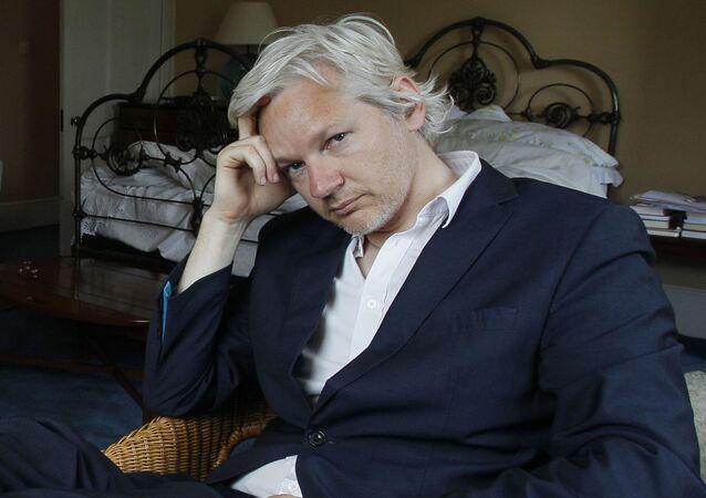 Spoluzakladatel WikiLeaks Julian Assange zadržený britskou policií. Archivní foto