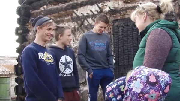 Tři teenageři z hořícího domu zachránili šest dětí (VIDEO)  - Sputnik Česká republika