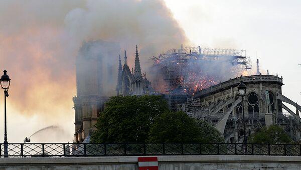 Notre-Dame před a po požáru - Sputnik Česká republika