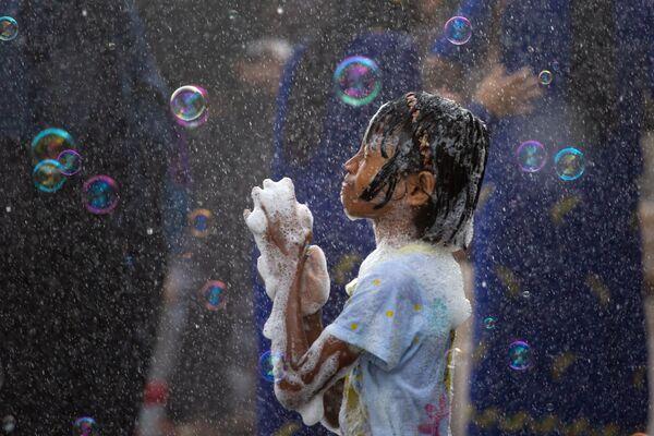Dívka a mýdlové bubliny. Barmský novoroční Vodní Festival v Yangonu, Myanmar - Sputnik Česká republika