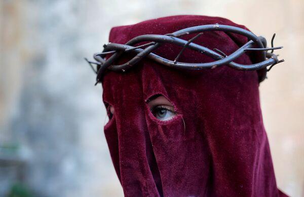 Žena se účastní akcí svatého týdne, Španělsko - Sputnik Česká republika