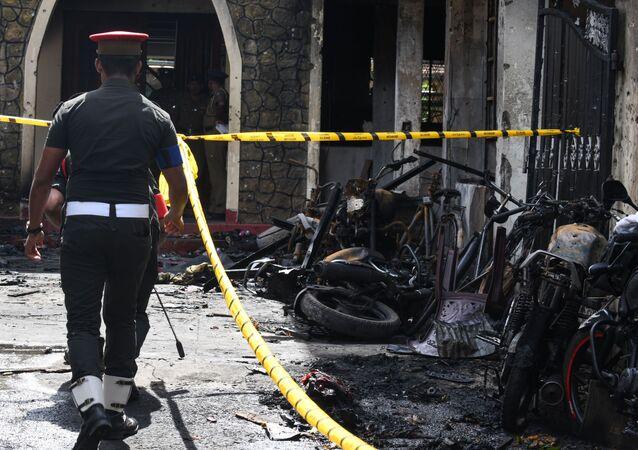 Policista na místě výbuchu na Srí Lance
