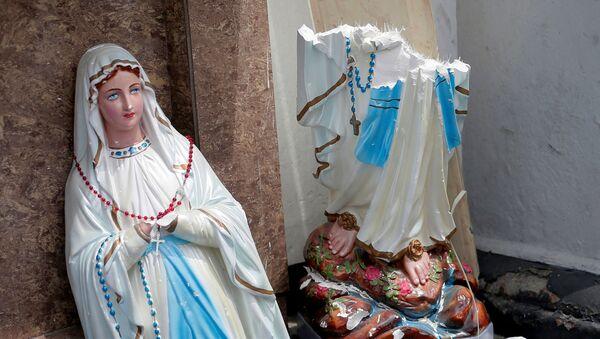 Zlomená socha Panny Marie po sérii výbuchů na Srí Lance - Sputnik Česká republika
