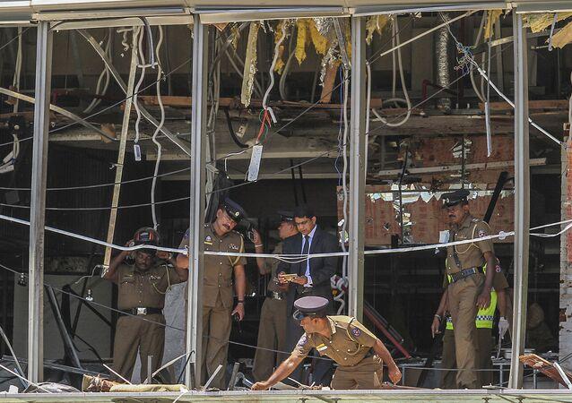 Policejní důstojník kontroluje místo výbuchu v hotelu Shangri-la v Kolombu na Srí Lance, 21. dubna 2019