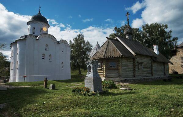 Chrám sv. Jiřího. Jeden z nejstarších ruských chrámů, byl postaven ve druhé polovině XII století - Sputnik Česká republika