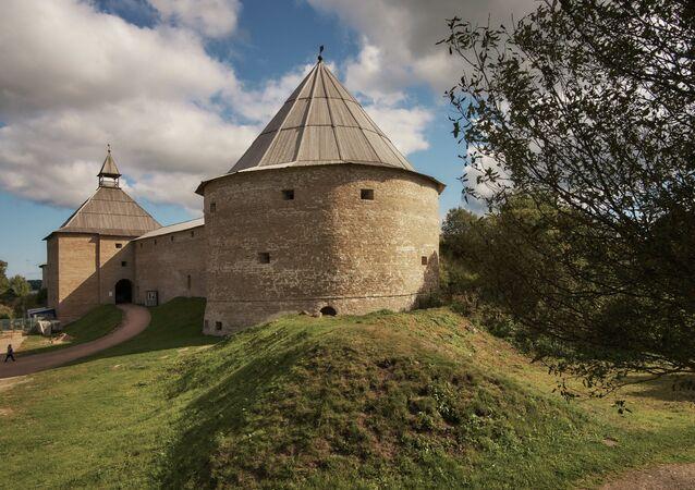 Vratná a Klimentovská věže Staroladožské pevnosti, která byla postavena pravděpodobně za časů knížete Olega Moudrého na rozhraní IX a X století