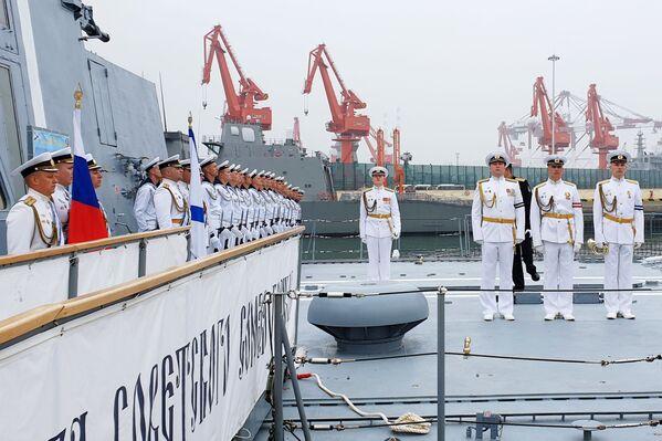 Posádka fregaty Admirál Loďstva Sovětského svazu Gorškov v čínském přístavu Čching-tao. - Sputnik Česká republika