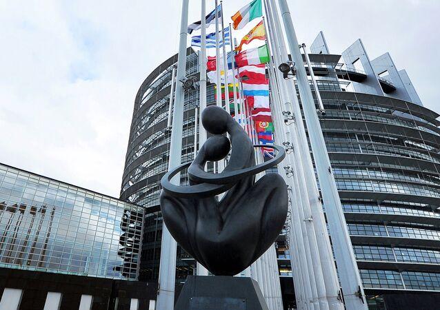 Socha Srdce Evropy u budovy Evropského parlamentu ve Štrasburku