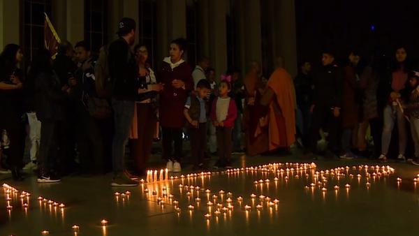 Eiffelova věž pohasla na uctění obětíi na Srí Lance. Lidé zapalovali svíčky (VIDEO) - Sputnik Česká republika