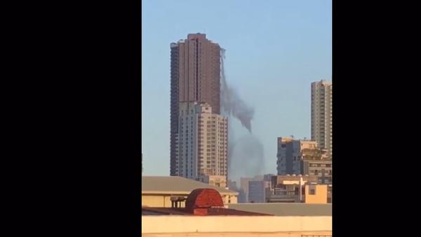 Voda obrovským proudem kaskádově stéká z mrakodrapu v Manile (VIDEO) - Sputnik Česká republika