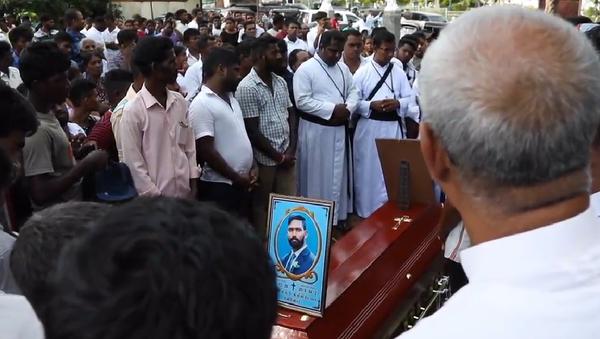 Záběry z prvního pohřbu obětí bombových útoků na Srí Lance - Sputnik Česká republika