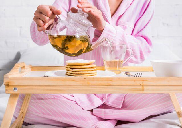 Dívka snídá. Ilustrační foto